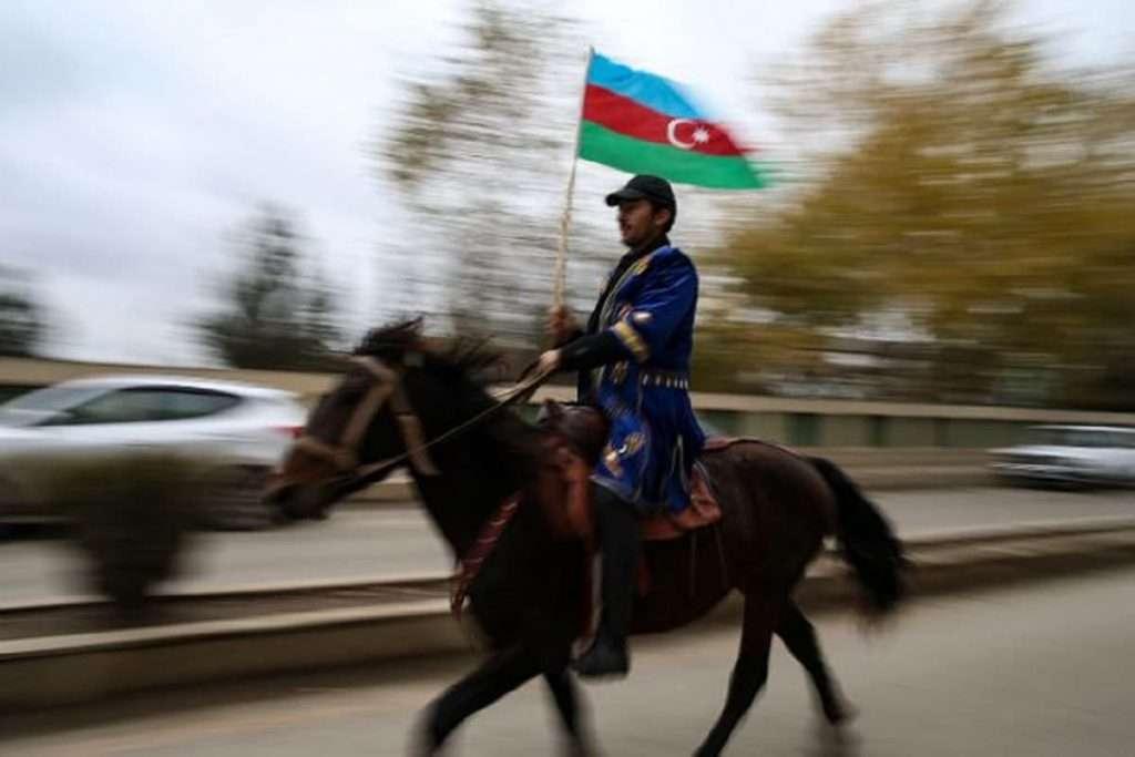Αρμενία και Αζερμπαϊτζάν μεταξύ Ευρώπης και Ασίας |  Ενεργειακά παιχνίδια και γεωπολιτική Έφιπος Αζέρος με τη σημαία του Αζερμπαϊτζάν πανηγυρίζει την προσάρτηση της περιοχής Lachin όπως όριζε η ειρηνευτική συμφωνία που τερμάτησε στη σύγκρουση στο Ναγκόρνο Καραμπάχ.