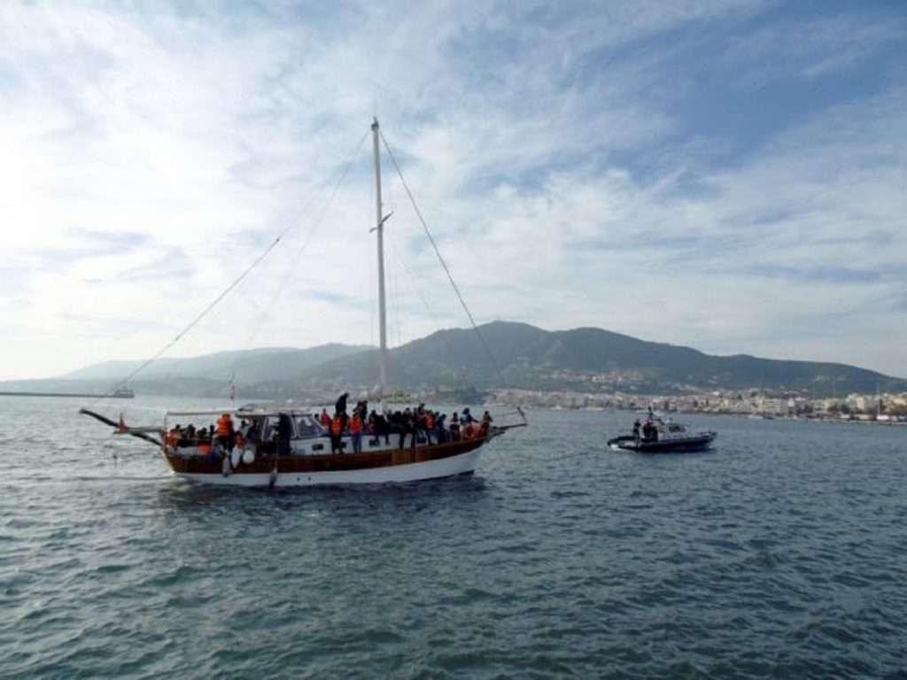 Μεταφορά στην ηπειρωτική Ελλάδα χιλιάδων μεταναστών από τα ΚΥΤ των νησιών